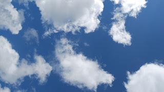 Donkerblauwe lucht met wolken.