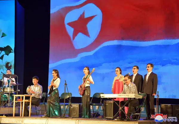 (1) DPRK Art troupe of disabled persons gives return performance
