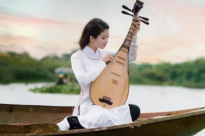 Hình ảnh: Cô gái dịu dàng, ngây thơ trong bộ áo dài vải lụa satin trắng