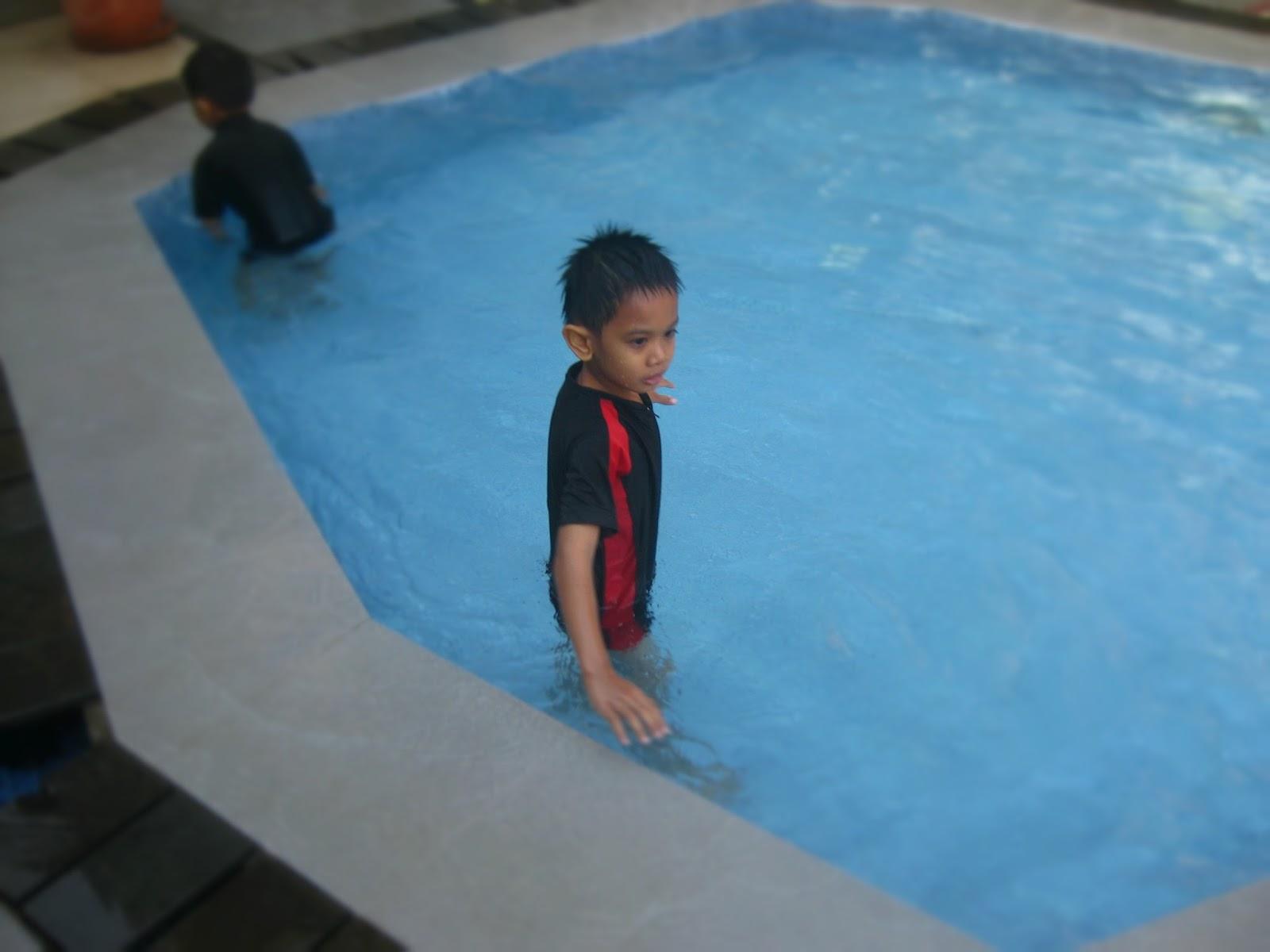 Rafiq menyukai aktivitas berenang di samosir villa resort