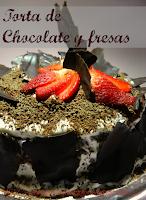 torta de chocolate con salsa de fresa