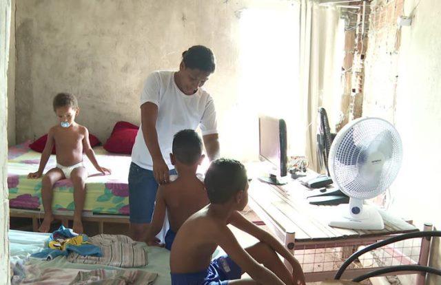 Mãe cuida de 3 filhos autistas com R$ 212 do Bolsa Família