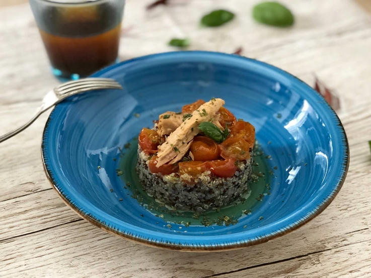 Ensalada de quinoa, cherrys confitados y melva canutera