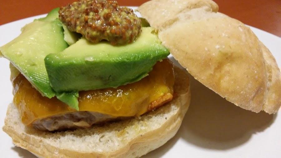 Receta de hamburguesa con queso cheddar y aguacate