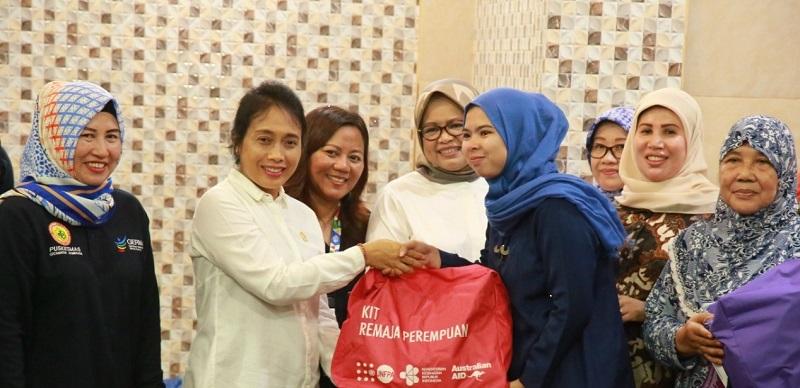 Menteri Bintang Tinjau Kondisi Perempuan dan Anak Korban Banjir di Kampung Pulo