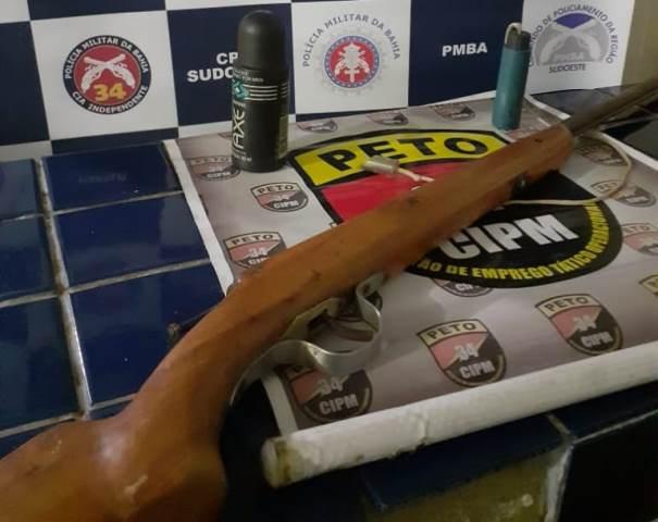 Criança pega arma para brincar e atira por acidente no primo, em Brumado