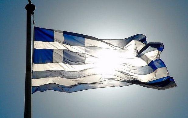 """""""Το έθιμο τιμής της ελληνικής σημαίας - Γιατί βάζουμε την γαλανόλευκη στα μπαλκόνια των σπιτιών """""""