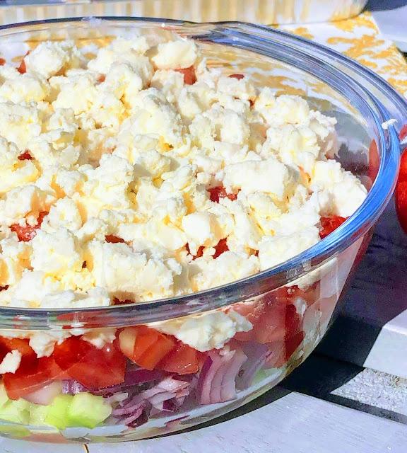 Sałatka szopska w szklanej misce - bałkański przysmak gotowy w 5 minut