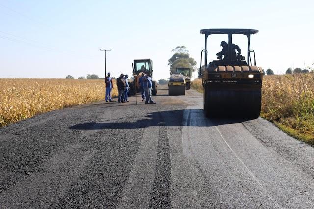 Estrada do Alto da Boa Vista recebe serviços de pavimentação asfáltica