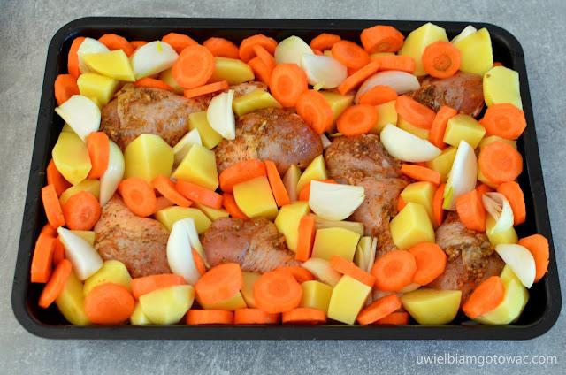 Pieczone pałki kurczaka z warzywami