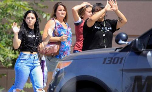Pembeli keluar dengan tangan ke atas setelah penembakan di El Paso, Texas, pada hari Sabtu.  Gambar dari CNN.COM