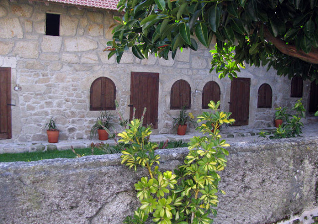 FAchada em pedra de um dos espaços da Casa Mindela