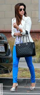 Mulher andando com uma bolsa chanel e um peep toe