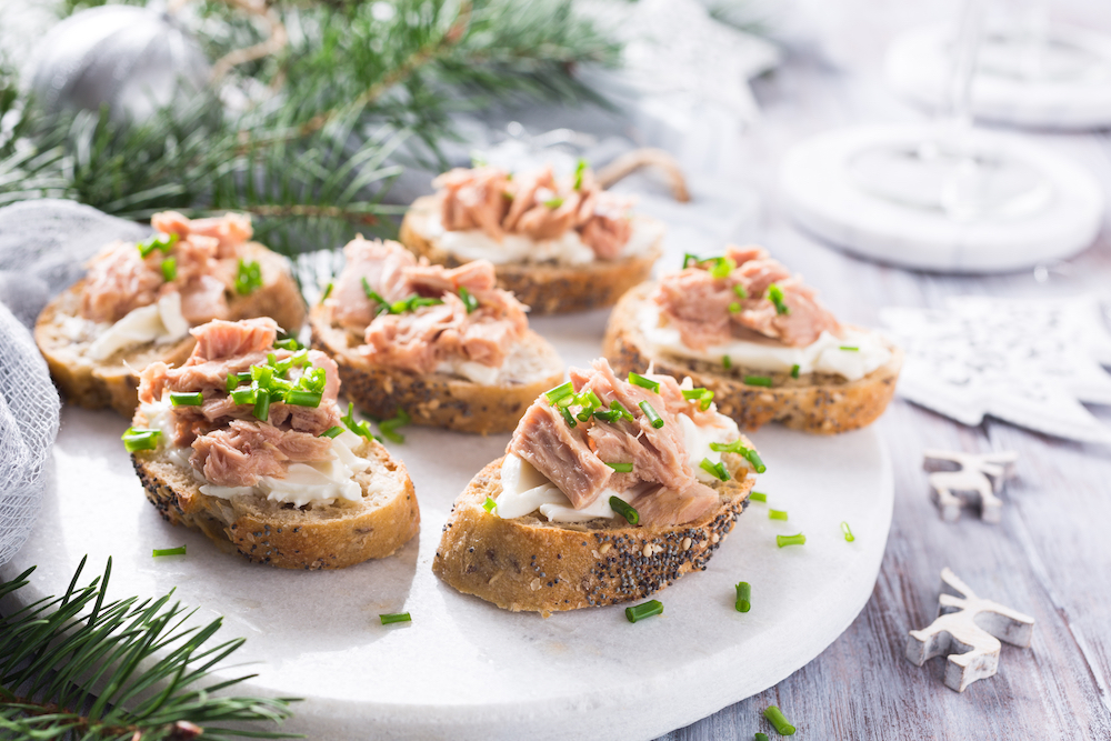 montaditos de atún con queso fresco en pan con semillas de amapola