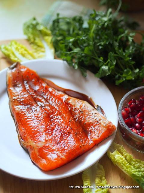 pstrag lososiowy, ryba, filet z pstraga, marynata z sosu sojowego, salatka szpinakowa z pstragiem, salatka z ryba