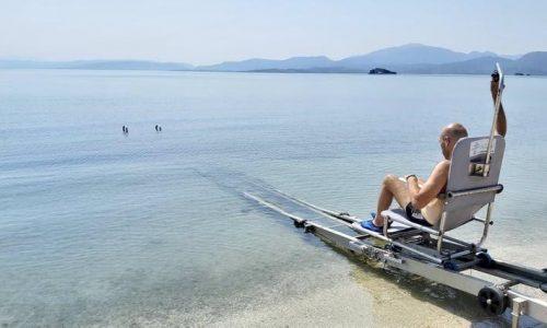Ράμπες με μηχανισμό μετακίνησης των ΑμεΑ προς τη θάλασσα τοποθετήθηκαν σε παραλίες της Κορωνησίας Άρτας, ύστερα από ανοιχτή διαγωνιστική διαδικασία, με προϋπολογισμό 120.000 ευρώ και χρηματοδότηση από το ΕΣΠΑ.