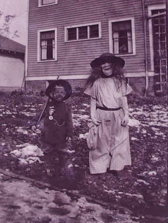 18 Creepy Vintage Halloween Costumes Vintage Everyday