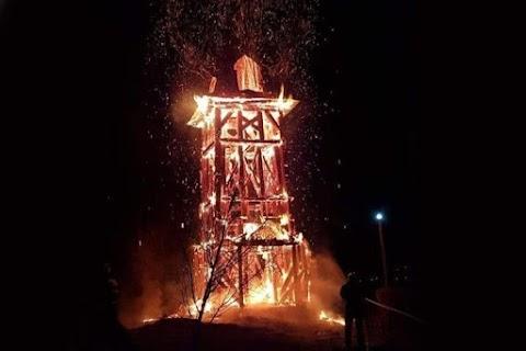 Gyújtogatás Erdélyben – leégett a református templom haranglába Héderfáján