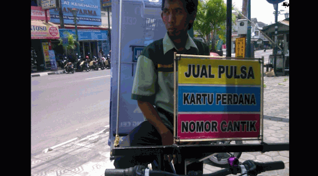 Mengharukan, Kisah Penjual Pulsa dengan Sepeda di Kandang Macan