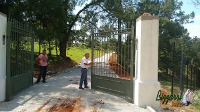 Bizzarri visitando uma obra na sede de uma fazenda em Atibaia-SP onde estamos fazendo a rua de pedra com as guias de pedra folheta e a rua de pedra com o piso de pedrisco. Na foto vistoriando o portão de ferro nos pilares de concreto. 27 de novembro de 2016.
