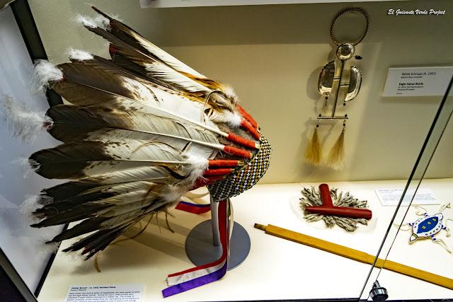 Tocado Plumas, Akta Lakota Museum - Chamberlain, Dakota del Sur