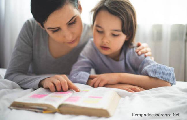 Madre con hijos leyendo la Biblia