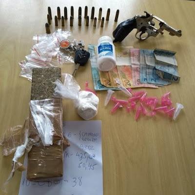 Polícia Militar prende homem com arma e drogas em Ilha Comprida