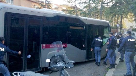 """Porte bloccate per guasto: passeggeri chiusi nel bus per quasi un'ora. Li """"libera"""" la polizia"""