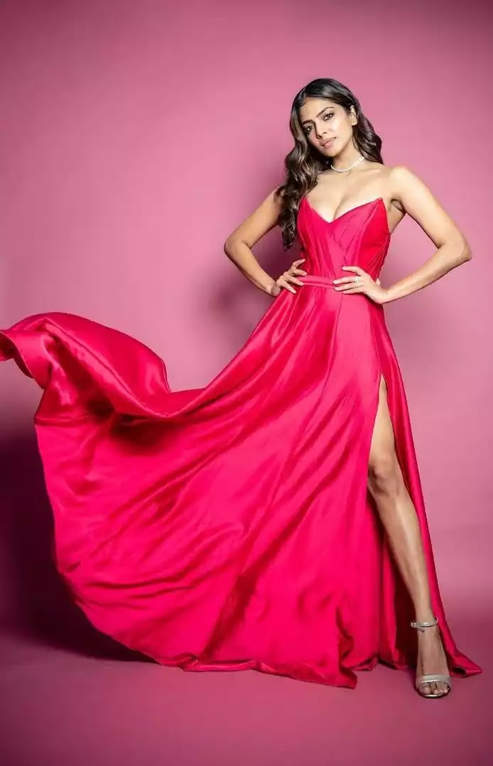 malavika-mohanan-hot-sexy-looks-in-pink-side-slit-gown