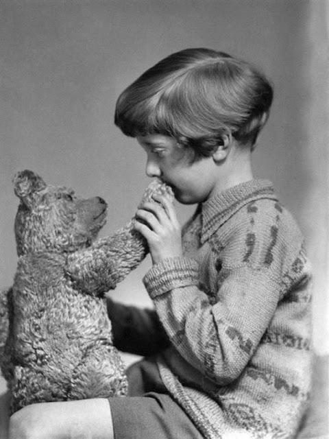 Winnie the Pooh y Christopher Robin, foto tomada en el año 1927. Fotos insólitas que se han tomado. Fotos curiosas.