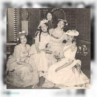 Η Μαρία Μοσχολιού σε φωτογραφία από την παράσταση «Δόνα Ροζίτα» του Φεντερίκο Γκαρθία Λόρκα (άνοιξη 1959), με τις Ελένη Κυπραίου, Όλγα Τουρνάκη, Άννα Συνοδινού και την κυρία Κυβέλη