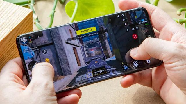 Samsung Galaxy S20 Plus مع شاشته العلوية