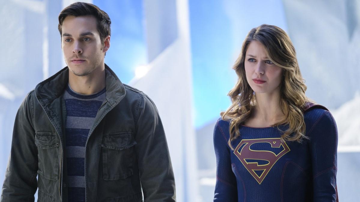 Mon-El y Supergirl entrentándose a la ira de la reina de Daxam, que se quería llevar a su hijo a toda costa del planeta