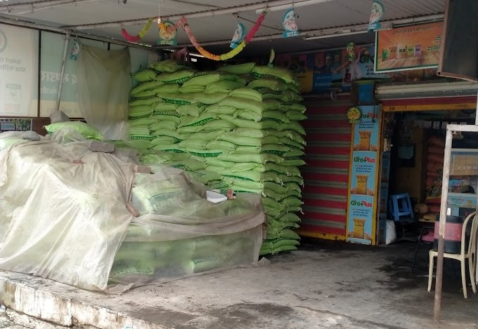 मंदसौर: प्रशासन ने व्यापारियों को पकड़ने के लिए अपनाया फिल्मी तरीका, अधिक दाम लेने पर व्यापारियों पर की सख्त कार्यवाही, खाद के गोदामों पर लगाए ताले