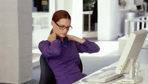 imagen de mujer con dolor de espalda en el trabajo