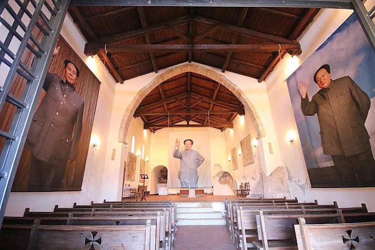 Murais do grande perseguidor da Igreja Mao Tsé tung na capela de São Tomás de Aquino, na cidade natal do santo