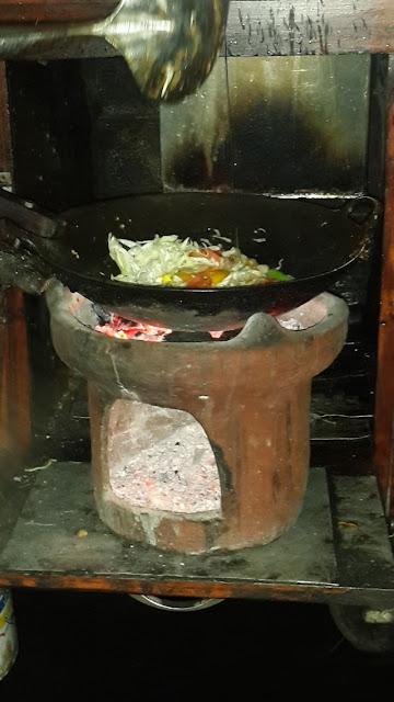 Nasi goreng khas Jogja sedang dimasak;Nasi Goreng Arang Jogja, Kenikmatan Kuliner Khas Nikmat