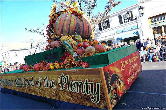 Carroza con la Cornucopia en el Desfile de Acción de Gracias de Plymouth