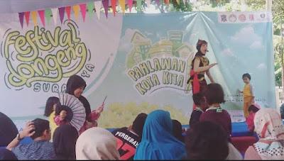 penampilan pendongeng cilik pada parade dongeng surabaya 2019
