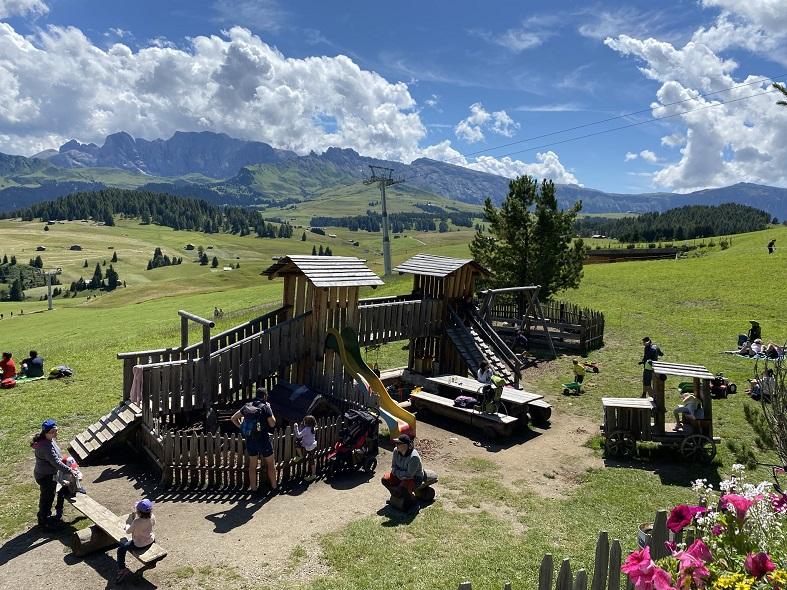 Il parco giochi alla malga schgaguler all'Alpe di Siusi
