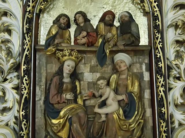W kościele są rzeźby i polichromie.