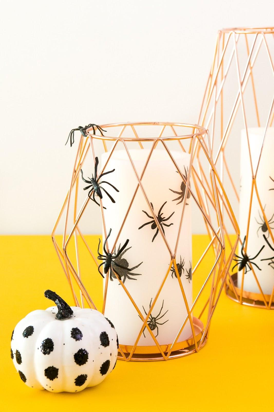 diy para decorar en halloween con portavelas metálico y vela de arañas terroríficas fácil y económico