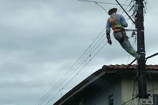 Homem tira escada de técnico