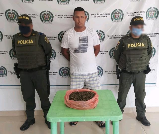 'Paseaba' con una bolsa de marihuana por las calles de Fonseca