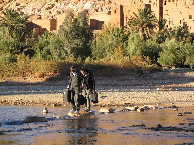 Turistas cruzando el río en la Kasbah Aid Ben Haddou
