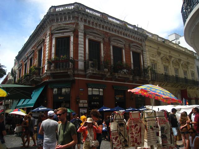 Las calles Humberto I y Defensa, junto a la Plaza Dorrego