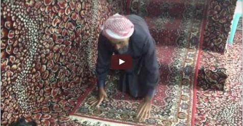 Kakek Yang Cacat Sejak Kecil Ini Merangkak Selama 65 Tahun Demi Bisa Sholat Berjamaah Di Masjid (Video)