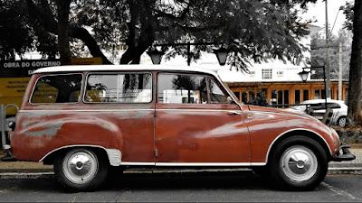 A DKW Vemaguet envelhece com dignidade nas ruas de Águas de São Pedro.