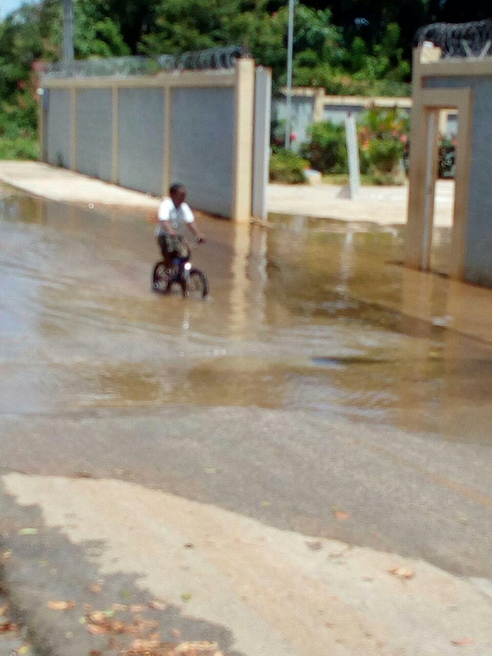 Desperdicios de Agua del consorcio azucarero central obtaculiza las labores docente y  administrativas del Liceo osvaldo A. López de La Guazara