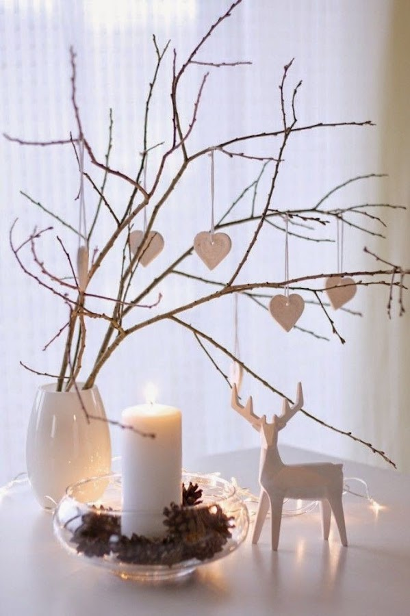 árboles de navidad con hojas secas